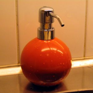 Orange shaped and -coloured soap pump